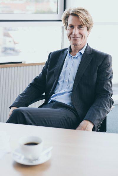 """Tim Böger, Jahrgang 1963, verantwortet das b2b-Geschäft von Compensation Partner, die Technik und die kaufmännische Leitung. Tim Böger arbeitete nach seinen Studium zum Schiffbauingenieur und Diplom Kaufmann sechs Jahre bei Blohm + Voss, bevor er das erste Konzept für PersonalMarkt entwickelte. Von Beginn an war """"Gehalt"""" ein zentrales Thema. Gehälter begleiteten dabei zunächst die Personalvermittlung, bevor sie sich nach einem Jahr zum Hauptgeschäftsinhalt entwickelten."""