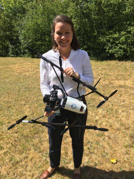 Rebecca Beißmann mit Drohne